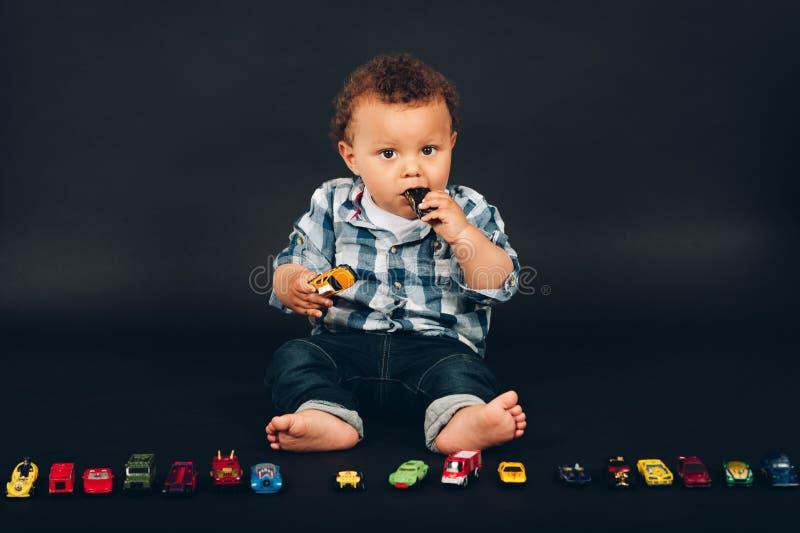 O estúdio disparou do bebê idoso do mês adorável do africano 9-12 imagens de stock