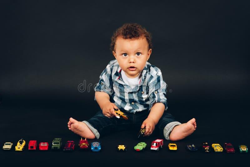 O estúdio disparou do bebê idoso do mês adorável do africano 9-12 imagem de stock royalty free