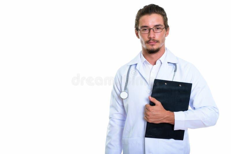 O estúdio disparou do doutor considerável novo do homem que guarda o isola da prancheta fotografia de stock royalty free