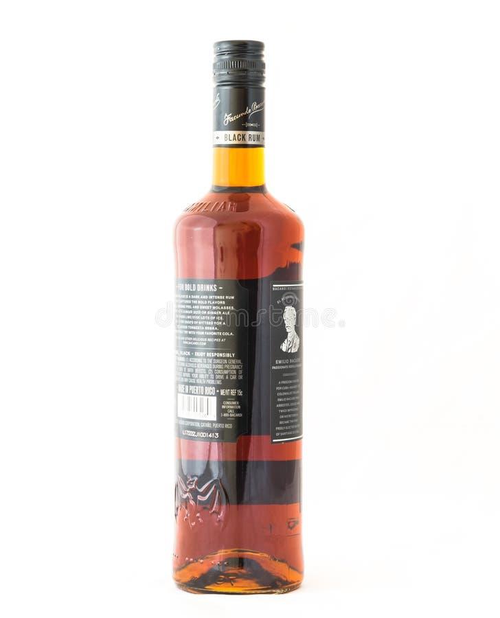 O estúdio disparou em uma garrafa do rum do preto de Bacardi isolado na parte traseira do branco imagem de stock royalty free