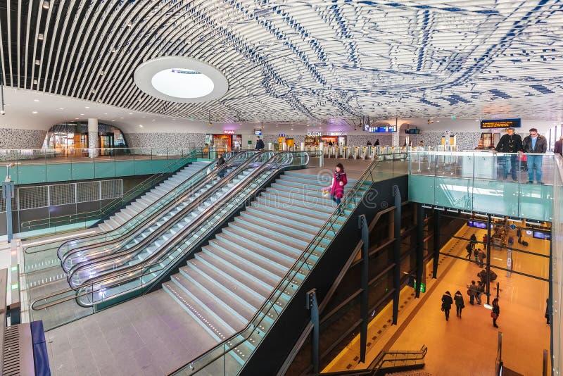O estação de caminhos-de-ferro recentemente construído com os assinantes que passam perto na louça de Delft foto de stock royalty free