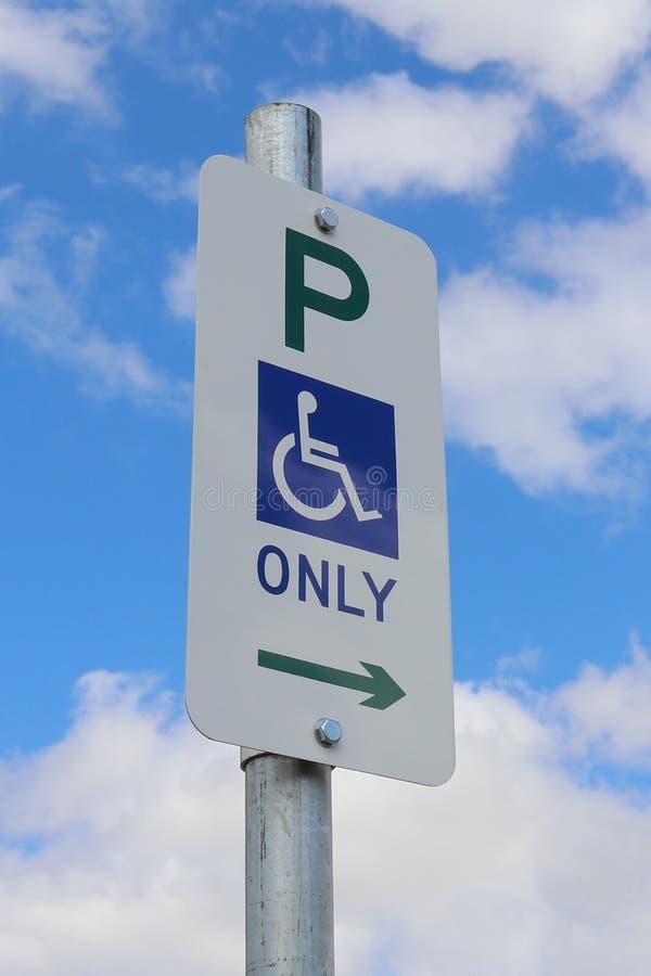 O estacionamento deficiente da cadeira de rodas azul, branco e verde assina somente dentro foto de stock royalty free