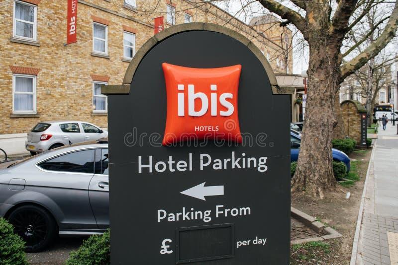 o estacionamento do otel no hotel de Accor dos ÍBIS assina dentro a cidade britânica de Gre imagens de stock