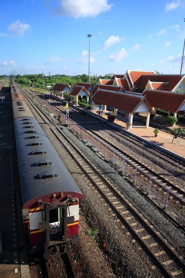 O estacionamento do trem na estação considera a linha da trilha railway, plataforma, com fundo do céu azul, telhado da estação, t imagens de stock royalty free