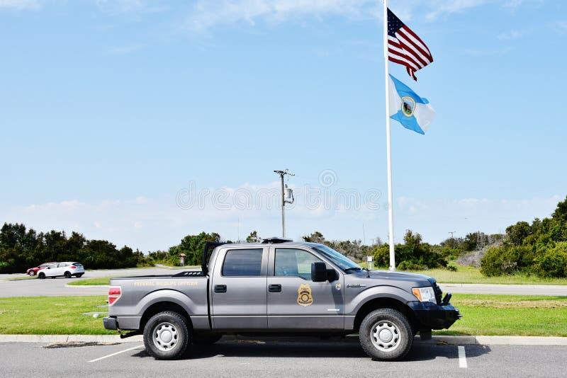 O estado EUA de Virgínia suporta bandeiras do carro da guarda florestal da reserva natural da baía imagem de stock royalty free