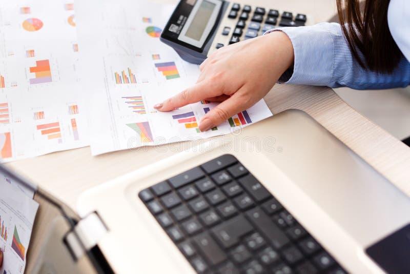 O estatístico fêmea novo analisa dados imagem de stock