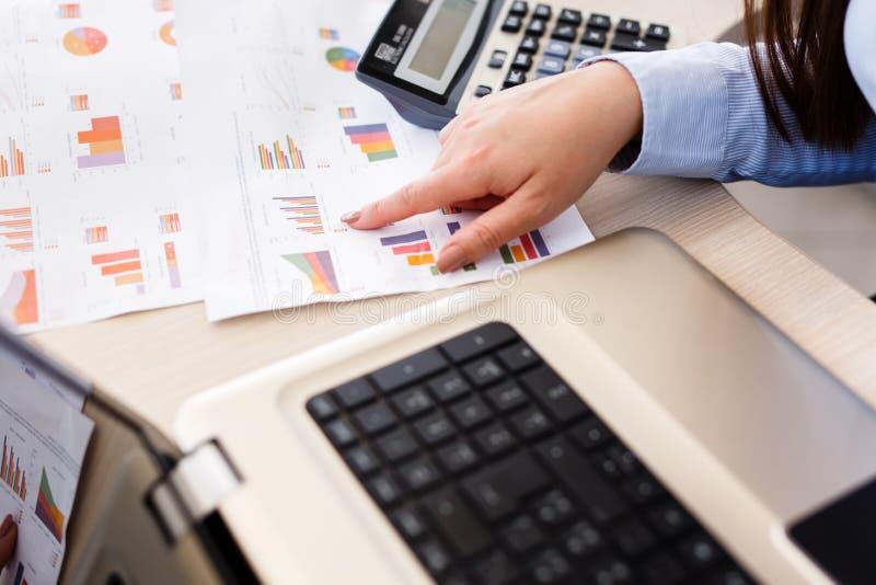 O estatístico fêmea novo analisa dados imagem de stock royalty free
