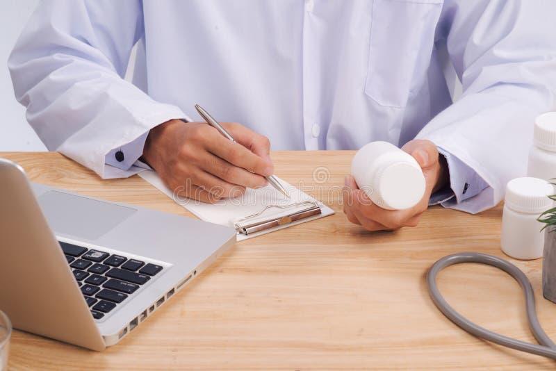 O estetoscópio, formulário médico da prescrição está encontrando-se contra o CCB fotografia de stock royalty free