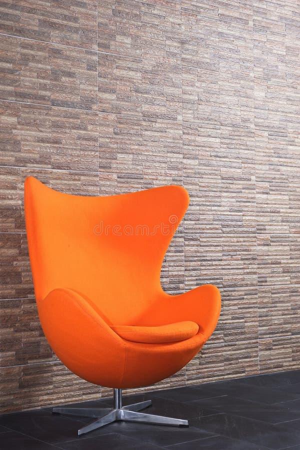 O estilo alaranjado do vintage reciclou o sofá em minha sala imagem de stock