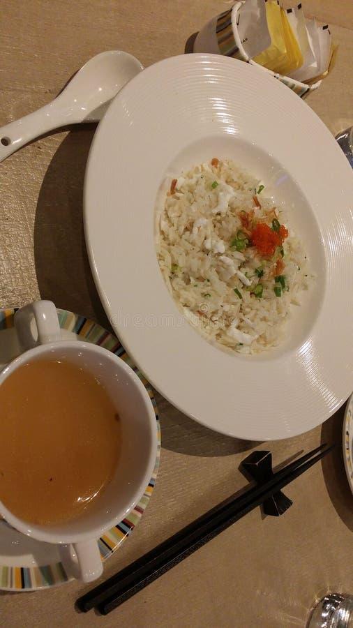o estilo chinês de arroz fritado do alimento torna côncava a sopa chinesa foto de stock