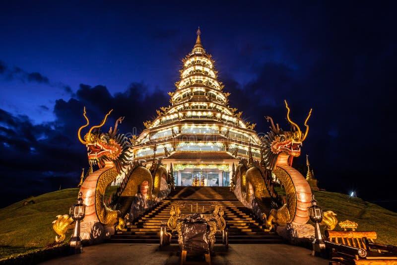 O estilo chinês do pagode na província de Chiangrai de Tailândia foto de stock