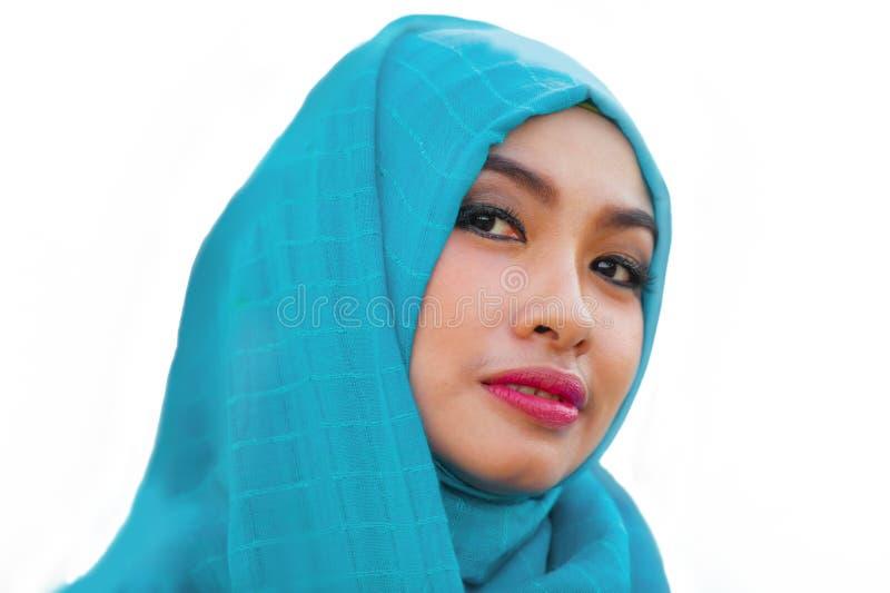 O estilo de vida isolou o retrato do sorriso asiático bonito e feliz novo da mulher coberto pelo lenço muçulmano da cabeça do hij imagens de stock royalty free
