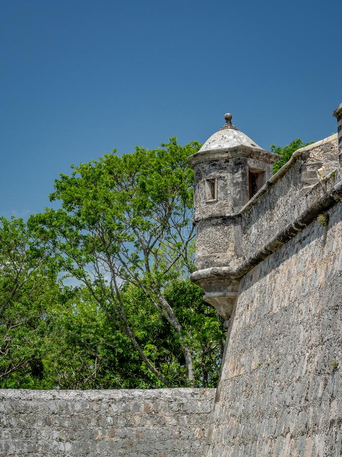 o estilo Espanhol-colonial fortificou a estrutura com cargo do protetor em mim fotografia de stock royalty free
