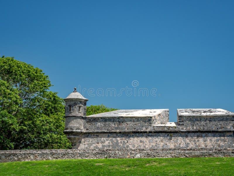 o estilo Espanhol-colonial fortificou a estrutura com cargo do protetor em mim imagens de stock