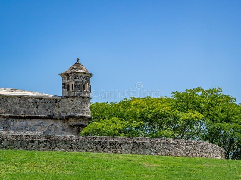 o estilo Espanhol-colonial fortificou a estrutura com cargo do protetor em mim foto de stock