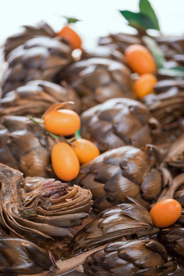 O estilo romano saboroso suportou alcachofras com Kumquat, fim acima fotografia de stock royalty free