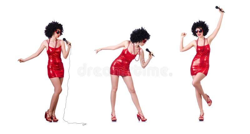 O estrela pop com o mic no vestido vermelho no branco fotografia de stock royalty free