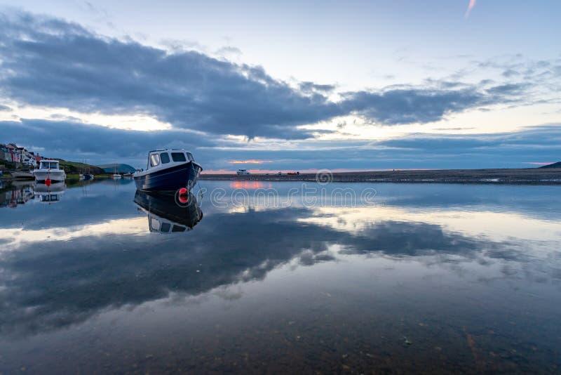 O estuário de Nyfer no crepúsculo, Trefdraeth Newport, Gales fotos de stock