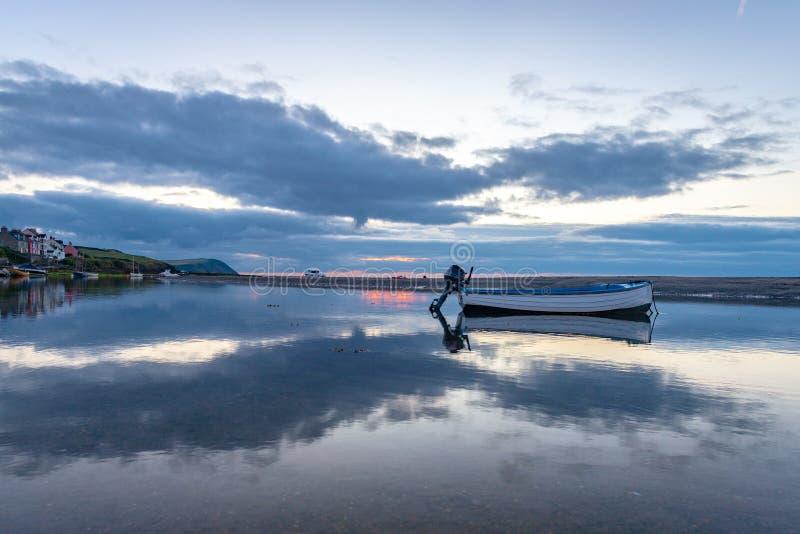 O estuário de Nyfer no crepúsculo, Trefdraeth Newport, Gales imagens de stock