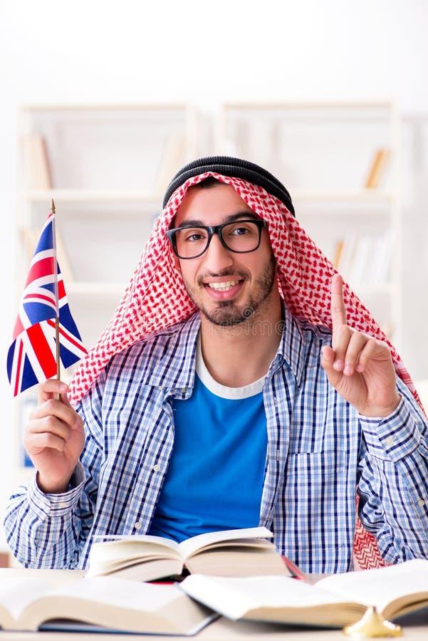 O estudante árabe que estuda a língua inglesa fotos de stock