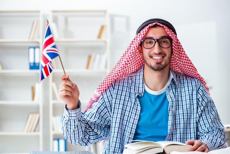 O estudante árabe que estuda a língua inglesa imagem de stock royalty free