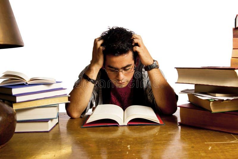 O estudante adulto novo lê o livro fotografia de stock
