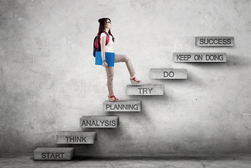 O estudante anda em escadas com plano da estratégia imagem de stock royalty free