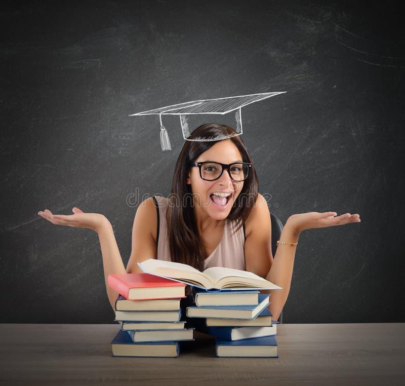 O estudante chega na graduação foto de stock