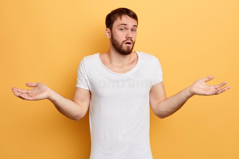 O estudante confundido doen 't sabe resolver o problema fotografia de stock royalty free