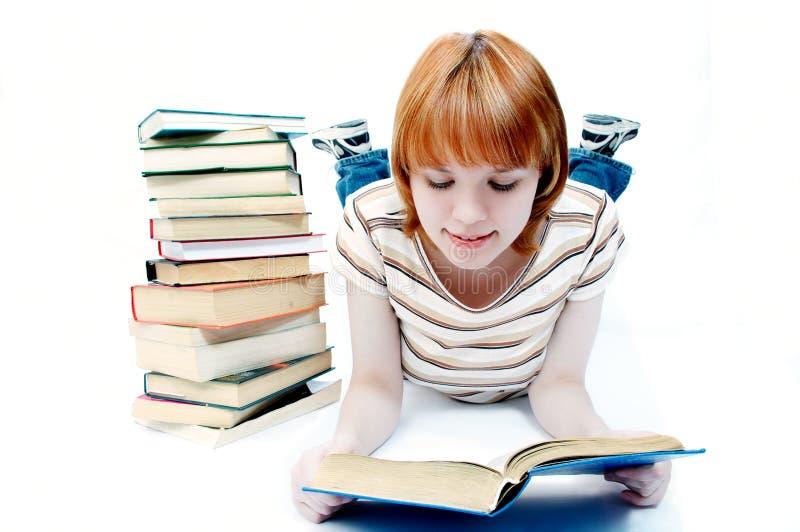 O estudante da rapariga leu o livro fotografia de stock royalty free