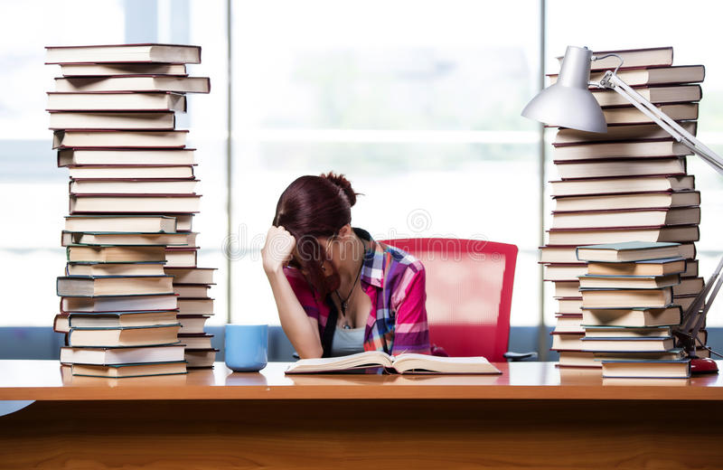 O estudante de jovem mulher que prepara-se para exames da faculdade foto de stock royalty free