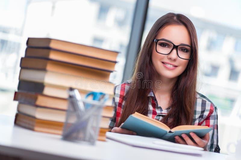 O estudante de jovem mulher que prepara-se para exames da faculdade imagem de stock royalty free