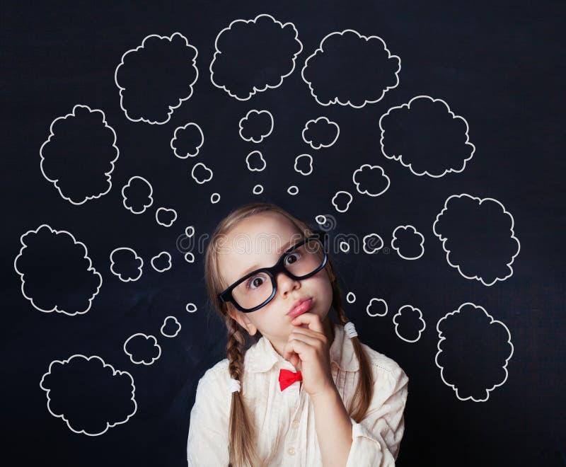 O estudante de pensamento da menina contra o discurso nubla-se o giz fotos de stock royalty free