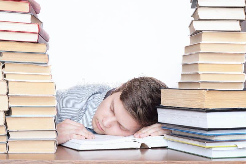 O estudante de sono com livros imagens de stock royalty free