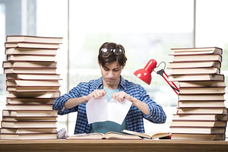 O estudante do homem novo que prepara-se para exames da faculdade foto de stock