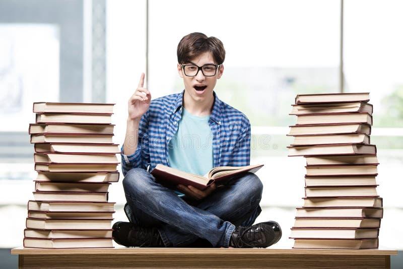 O estudante do homem novo que prepara-se para exames da faculdade imagens de stock royalty free