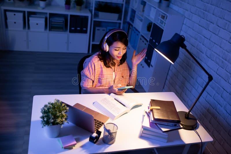 O estudante escuta a m?sica imagens de stock