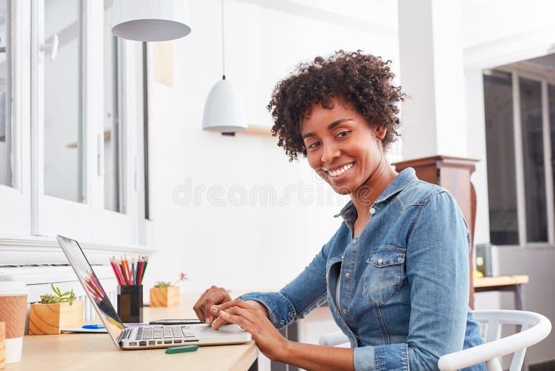 O estudante está aprendendo o laptop ao estudar imagens de stock