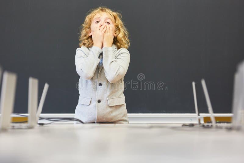 O estudante está em um exame no quadro-negro fotos de stock royalty free