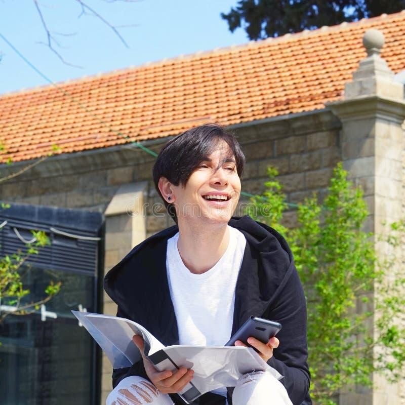 O estudante está estudando na rua foto de stock