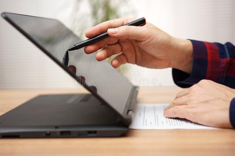 O estudante está tomando na linha curso no laptop do écran sensível imagem de stock royalty free