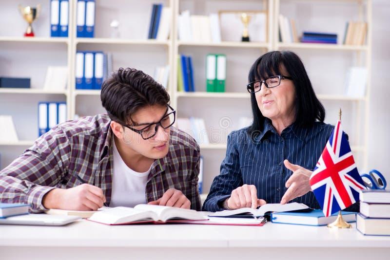 O estudante estrangeiro novo durante a lição de língua inglesa imagens de stock