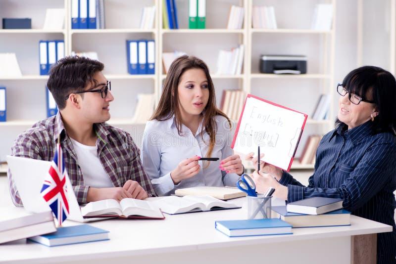 O estudante estrangeiro novo durante a lição de língua inglesa fotos de stock