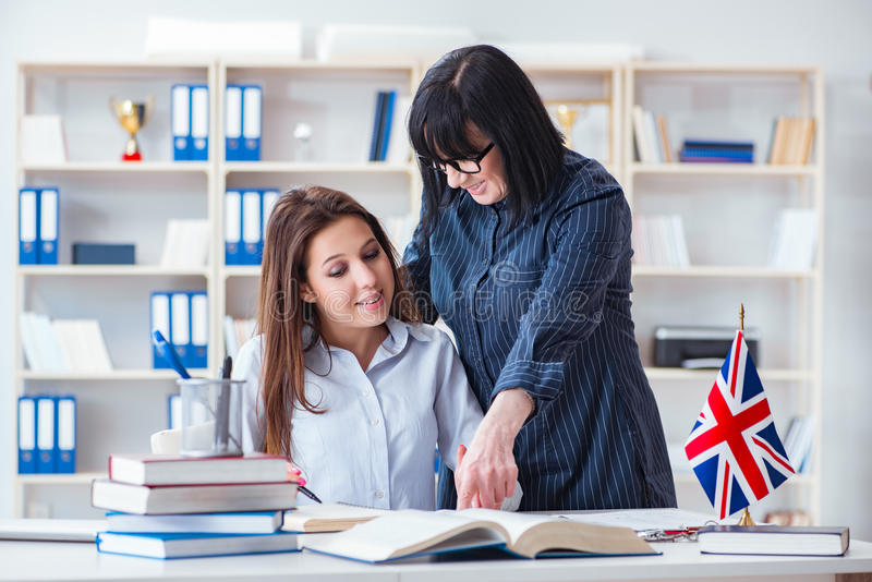O estudante estrangeiro novo durante a lição de língua inglesa fotografia de stock