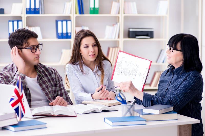 O estudante estrangeiro novo durante a lição de língua inglesa imagem de stock