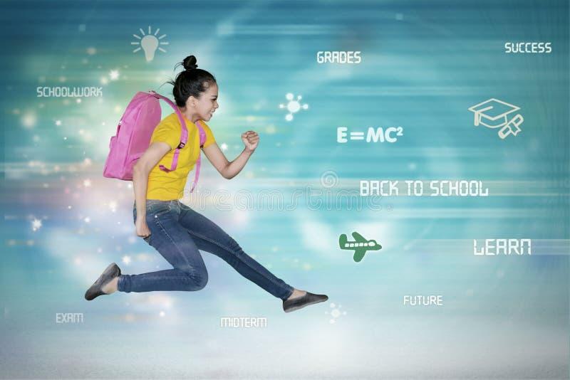 O estudante fêmea asiático corre rapidamente dentro do código binário ilustração royalty free