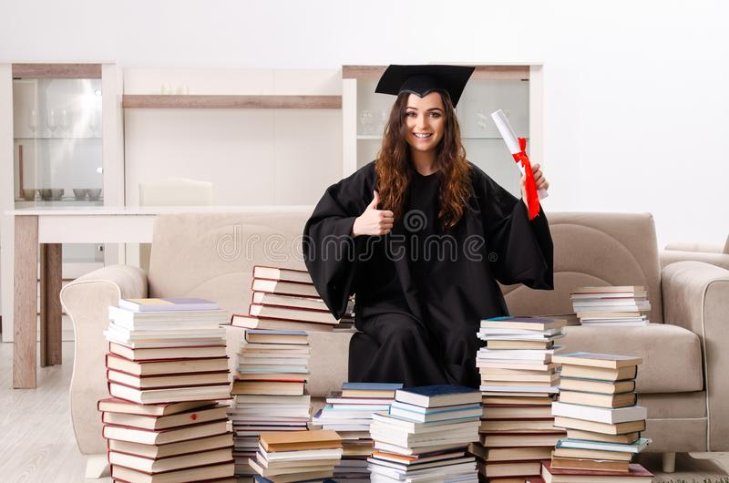 O estudante fêmea novo que gradua-se da universidade fotos de stock