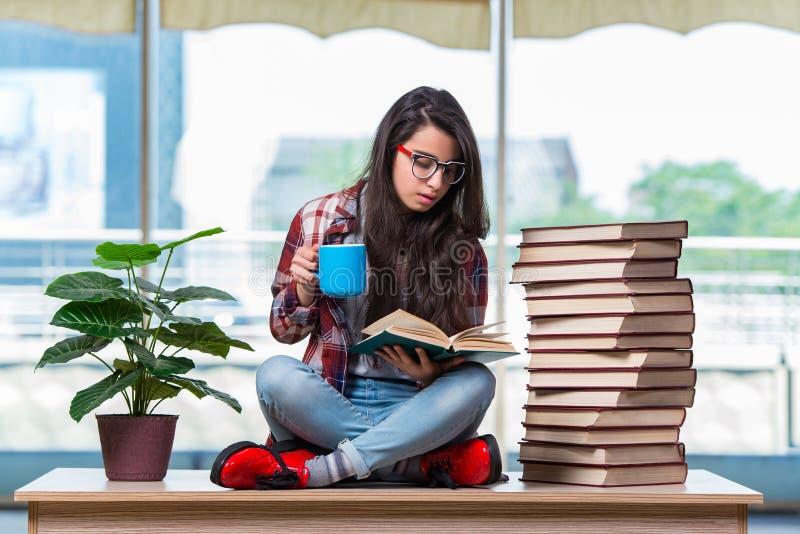 O estudante fêmea novo que prepara-se para exames fotos de stock royalty free