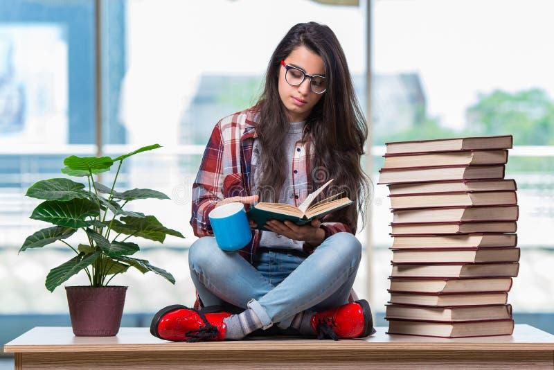 O estudante fêmea novo que prepara-se para exames imagem de stock