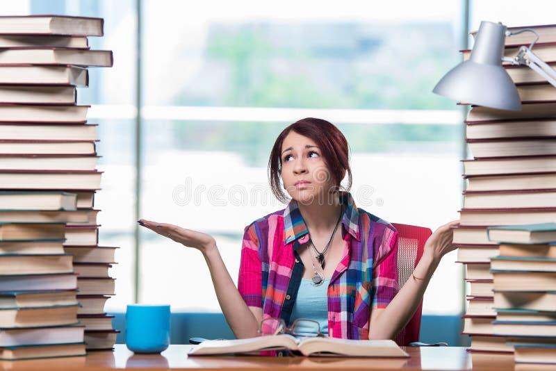 O estudante fêmea novo que prepara-se para exames fotografia de stock